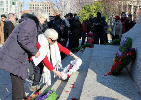 Heather Menzies (left), Rosalie Reynolds lay wreath of white poppies
